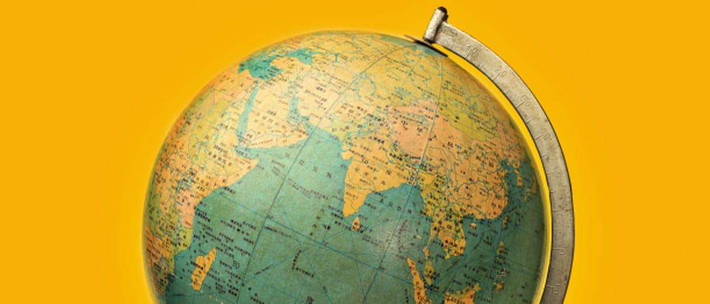 Karttapallo oranssilla taustalla